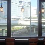 ファーストキッチン・ウェンディーズ - 窓際カウンターは昔と同じ