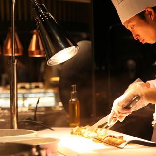 グリル料理や鉄板焼などダイナミックに魅せるライブキッチン