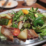 東洋食堂 百 - サンギョプサルサラダ。                             ご存じ、豚バラの塩焼きですが、サラダ仕立ては初めて見たかも~。