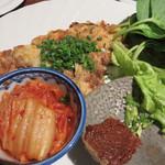 東洋食堂 百 - 豚バラとどっさり葱のチヂミ。 まさに、韓国のバインセオ(たっぷりの野菜やハーブで食べるベトナム式お好み焼き)。