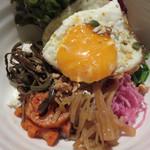 東洋食堂 百 - 1日分のベジタブルビビンパ。 美しい! ご飯は雑穀米を使ってるのもポイントです。