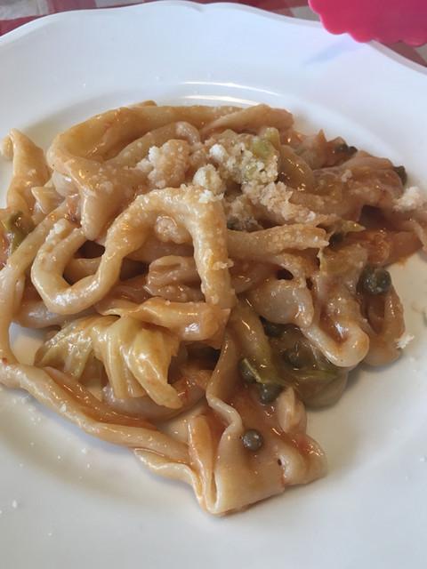 クオ ヴァディス - シチリア産ケーパーとキャベツとトマトのストロッツァプレーティ