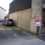 麗江 - 駐車場は道沿い手前に2台完備