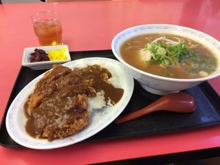まるみ - 醤油ラーメンと、かつめし(小)930円の全景