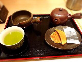 山本山 日本橋本店 - 煎茶とおせんべいのセット