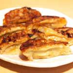 手作り餃子の店 しょうちゃん - レンジ加熱後の様子。カリッと感を味わう餃子ではないが、この味は圧倒的です!