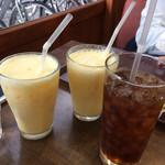 三びきの子ぶた - フルーツショップなのでミックスジュースを!とアイスティー!