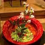 58347330 - テーブルの真ん中に生け花