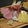 生ハムとサラミとチーズ色々マッスルプレート