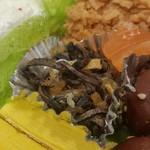 ケーキハウスsin - ひじきの煮物:クレープの皮・チョコを削ったもの・ゼリー。 ゴマは本当にゴマでした。
