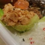 ケーキハウスsin - 唐揚げ:フレークのような甘みのあるスナック、クリームも少々。