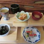 十割蕎麦 さ乃 - この日の前菜は「黒木耳とほうれん草の和え物」「白花豆」「大根巻きサラダの菊花ちらし」「鮭の甘酢づけ」そして「蕎麦の実粥」の5種で秋の身体を温める食材が使ってありました。
