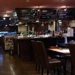 カレー&バール GARAM - カウンター席、テーブル席ございます店内です。