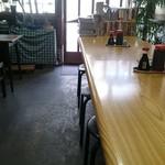 民生食堂 天平 - 長テーブルが主体