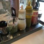 油そば 渡邊 - 料理写真:卓上調味料。ラー油がなくて、コーレーグースという沖縄の唐辛子調味料がある(運転者使用不可)。ローストビーフということで西洋ワサビに代わる物を探すが、カラシとワサビ、あとは和風ヴィネグレットソース(酢)。