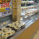 大衆食堂 半田屋 - 店内レジカウンター手前には、色々なところに料理がたっぷり盛られています。