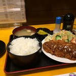 神戸一 - 料理写真:今日、金曜日は、とんかつ定食か、ミンチカツ定食、これはとんかつ定食です(ご飯大盛り)