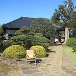 かやの木 - 広い敷地に古民家