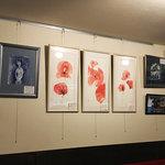オルフィック バー - 店内ではブルガリア人画家の展示販売もしております。