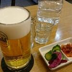 ブンブン餃子 - 生ビール&お漬け物。