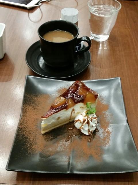 丸の内 CAFE 会 - りんごのシブースト(620円)とコーヒー(550円)