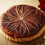 トラットリア セッテ ペストリーブティック - 料理写真:ガレット・デ・ロワ フランス発の新年の定番お菓子。発酵バター、シチリア産のアーモンドパウダーを使ったアーモンドクリームを贅沢に使い、外はサクサク、中はしっとり焼き上げました。王冠とお楽しみのフェーブ付き。