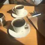 ブルー コーヒー - 2016年11月。ブレンドコーヒー「ブルーマーカー(中煎り)450円」と「ブループラス(深煎り)550円」。
