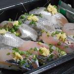 いなせ寿司 - イワシとアジのハーフ870円