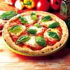 ナポリの窯 - 料理写真:【フレッシュトマトのマルゲリータ】ピザと言えば「マルゲリータ」というくらい定番ピザ。トマトの「赤」、モッツァレラチーズの「白」、バジルの「緑」でイタリア国旗を表現しています。