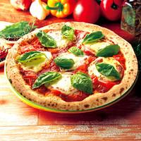 ナポリの窯 - 【フレッシュトマトのマルゲリータ】ピザと言えば「マルゲリータ」というくらい定番ピザ。  トマトの「赤」、モッツァレラチーズの「白」、バジルの「緑」でイタリア国旗を表現しています。