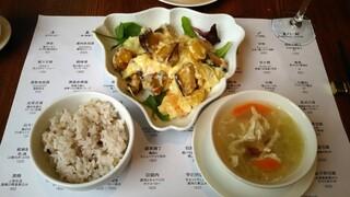 トゥーランドット 臥龍居  - ランチ:海老のマヨネーズ炒め、スープ、ライス。
