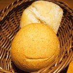 58400374 - ランチセット 1362円 の麦芽パン、ライ麦パン