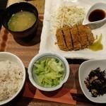 肉炭バル MATOIYA - 牛のレアカツ定食1,200円