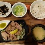 肉炭バル MATOIYA - 北海道産銘柄豚肩ロースグリル定食1,000円