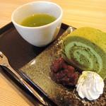 カフェ ド コウエモン - 濃厚抹茶のロールケーキ(煎茶付き)