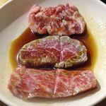 立ち食い焼肉 と文字 - まずはイチオシメニューから、本日のイチオシ盛り合わせ(仙台牛3種、ホルモン6種)1300円をオーダー。まずはとうがらしやハラミなどが盛り付けられたお肉からスタートしました。