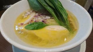 NOODLE CAFE SAMURAI - シャモロック塩そば。彩りが好い。鶏油が多めで鶏の香りといいコクといい絶品です。