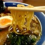 くいどころ里味 - 中太麺。スープとの辛みも良い