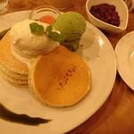 58412826 - 季節のパンケーキ                       温小豆と塩生クリームのパンケーキ