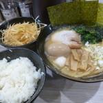 金壱家 - 醬油豚骨(750円)に白髪ネギ・味玉(二品無料)