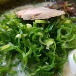 博多天神 - ネギノリラーメンスープは真っ白です。 2016.10