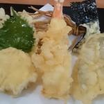 58417941 - 天婦羅6点盛り  さつま芋、海老、鱚、大葉、海苔、蕎麦