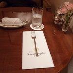 ロイヤルクリスタルカフェ - テーブルには生花。コップもタダモノではない!