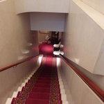 ロイヤルクリスタルカフェ - 赤いじゅうたんがひかれた階段