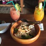 58421011 - ボンダイズデザインサラダ、マンゴージュース、グァバジュース