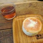 58421741 - イングリッシュマフィンとセルフサービスの紅茶