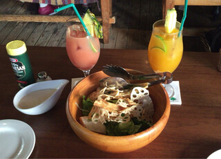 ボンダイカフェ - ボンダイズデザインサラダ、マンゴージュース、グァバジュース