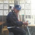58425064 - 店外には肩に子猫をのせ、缶チューハイ片手のおっちゃん(笑)