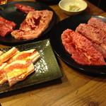 焼肉牛鉄 ふく家 - 左手前  豚ばら 右  ミスジ 奥  上ロースとハラミ