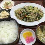 善磯 - レバー定食@800円 ご飯少な目。 少な目で一般的な普通盛りが来ます♫